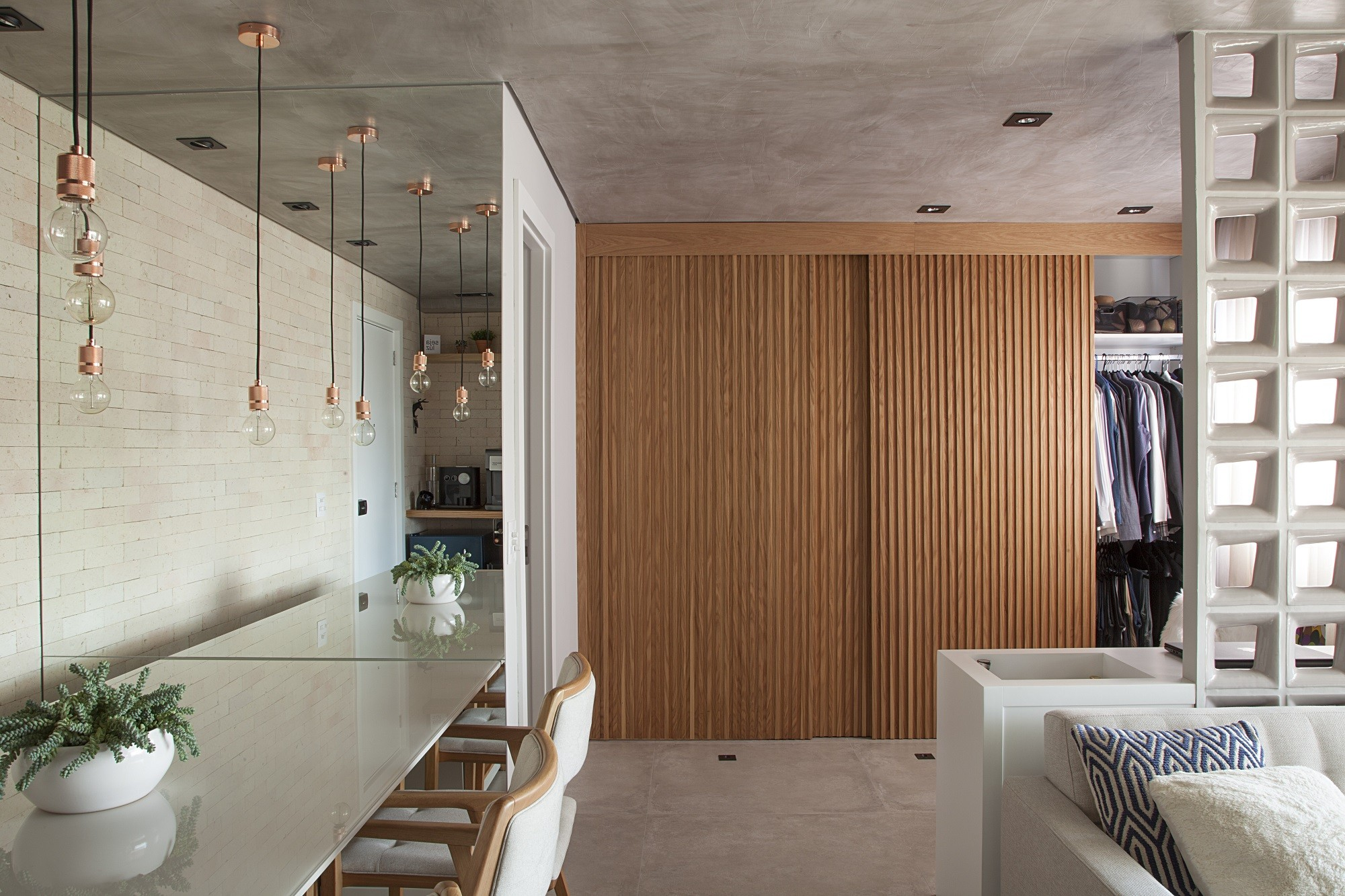 23 projetos incríveis com portas mimetizadas (Foto: Luis Gomes/Divulgação)