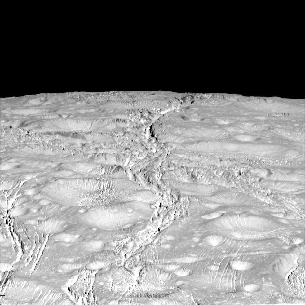 A superfície de Encélado, esfera gelada que pode apresentar condições ideias para vida de microorganismos (Foto: Nasa/JPL)