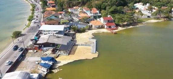 Prefeitura estipula multa de R$ 3,2 milhões a Casan por vazamento de esgoto na Lagoa da Conceição, em Florianópolis