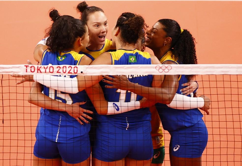 Brasil em ação contra a Sérvia no vôlei feminino — Foto:  REUTERS/Carlos Garcia Rawlins