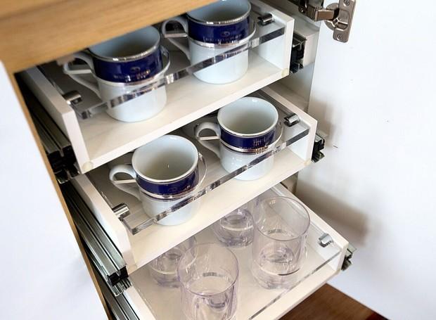 Schaeffer 580: Cada item da cozinha tem encaixe perfeito dentro dos armários para evitar acidentes com o barco em movimento (Foto: Divulgação)