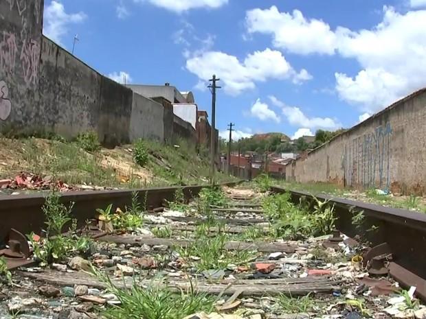 Moradores dizem que usuários de drogas ficam em linha férrea do bairro (Foto: Reprodução/TV TEM)