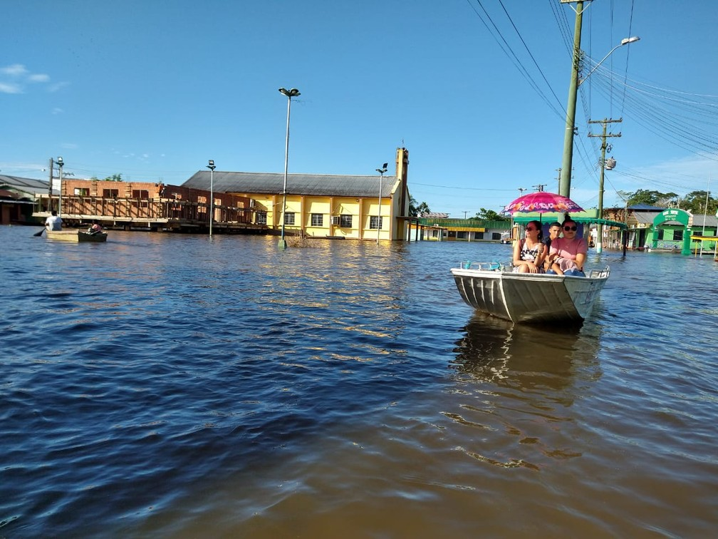 Canoas passaram a ser o principal meio de transporte dos moradores de Anamã devido a cheia. — Foto: Paulo Frazão/Rede Amazônica