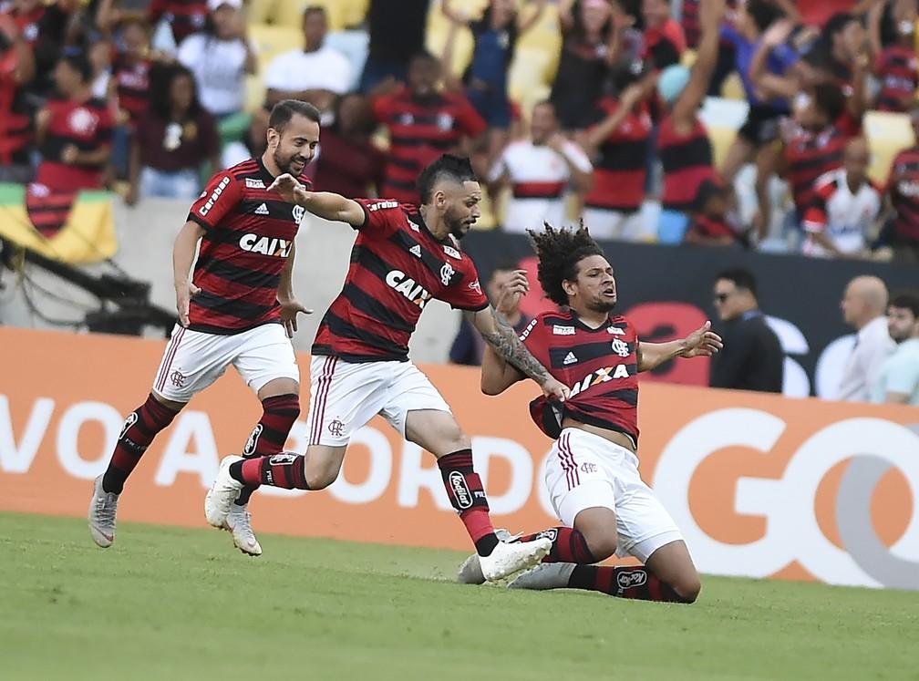 Willian Arão celebra gol do Flamengo contra o Atlético-MG: 2 a 1 no Maracanã — Foto: André Durão/GloboEsporte.com