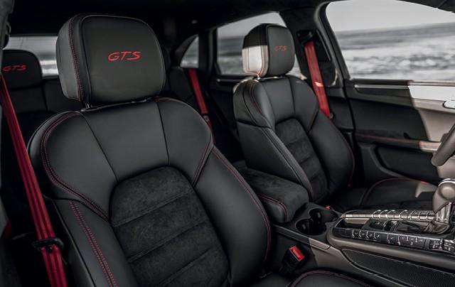 Porsche Macan GT: costuras internas acompanham a mesma cor do contagiros. Bancos esportivos são exclusivos e forrados de Alcantara e couro (Foto: Divulgação)