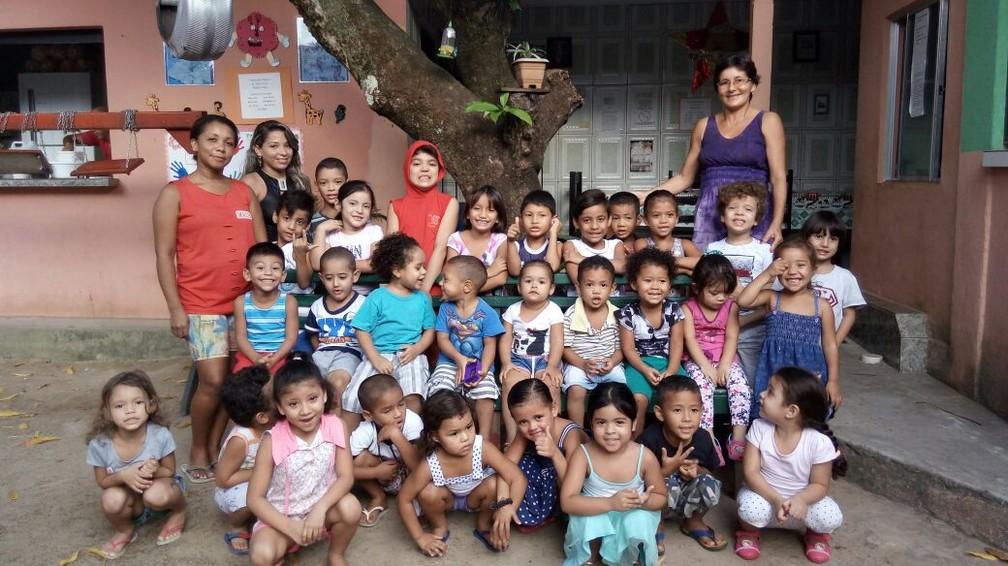 b2eef4d941 ... Maria Neci, de alilás, cercada pelas crianças que recebem seus cuidados  na crechs-