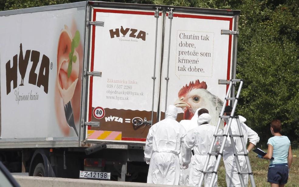 Dezenas de imigrantes foram encontrados mortos em um caminhão na Áustria. O veículo, que continha dezenas de corpos, foi achado em uma área de descanso de uma estrada do estado de Burgenland, no leste do país  Foto: Dieter Nagl/AFP