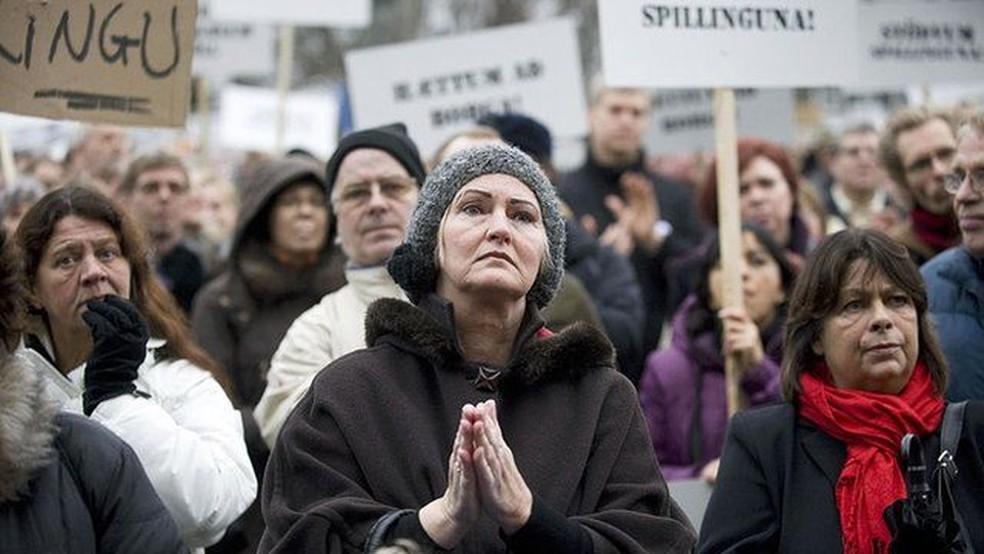 Os islandeses foram uns dos primeiros a sair às ruas para protestar contra os bancos e o governo — Foto: AFP