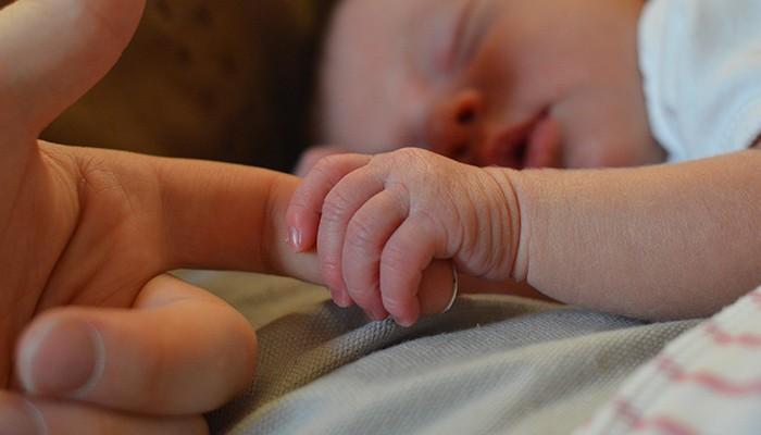 O bebê é filho biológico de 'três pessoas'  (Foto: Pexels)