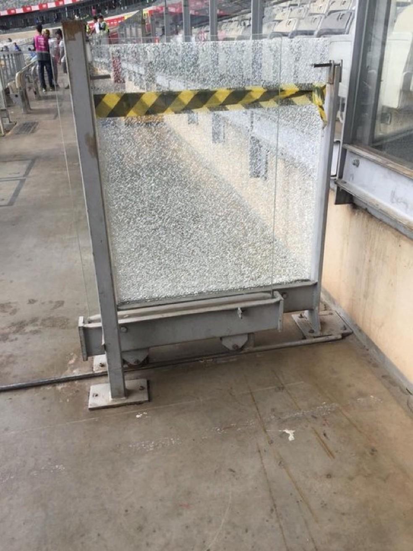 Vidros quebrados também impedem mobilização dos cadeirantes  — Foto: Arquivo pessoal