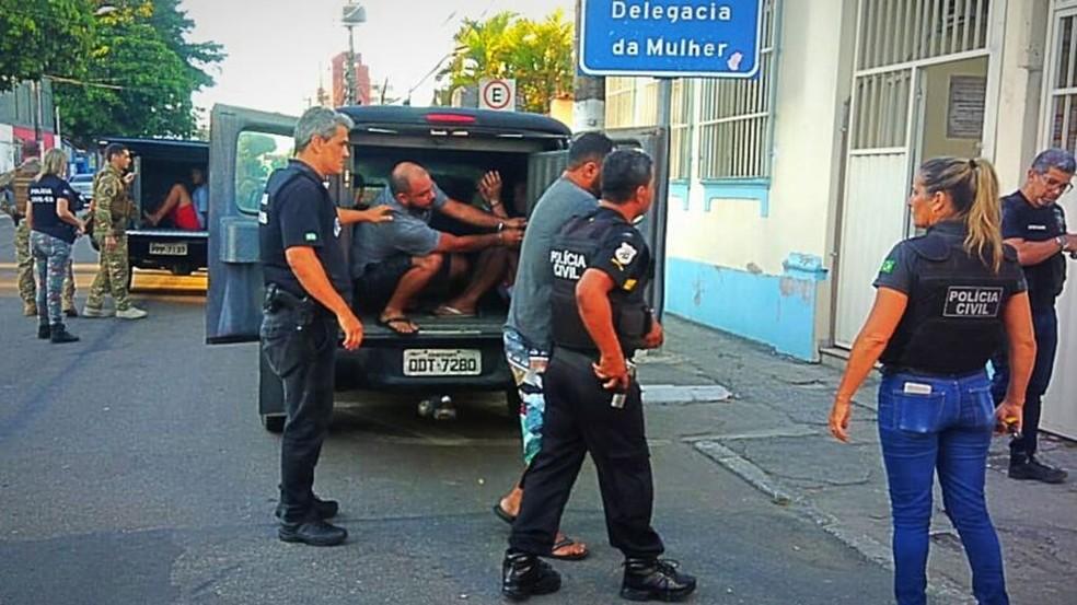 Momento da prisão de suspeitos de violência contra a mulher — Foto: Divulgação/Polícia Civil-ES