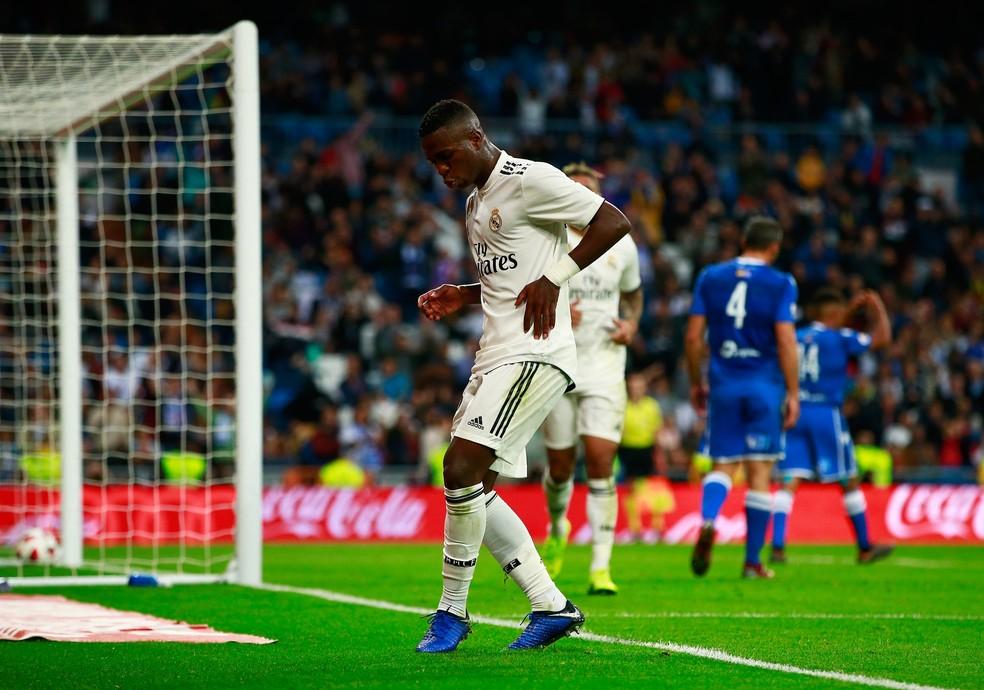 Vinicius Junior dança depois de marcar seu gol na goleada do Real Madrid — Foto: Gonzalo Arroyo Moreno/Getty Images