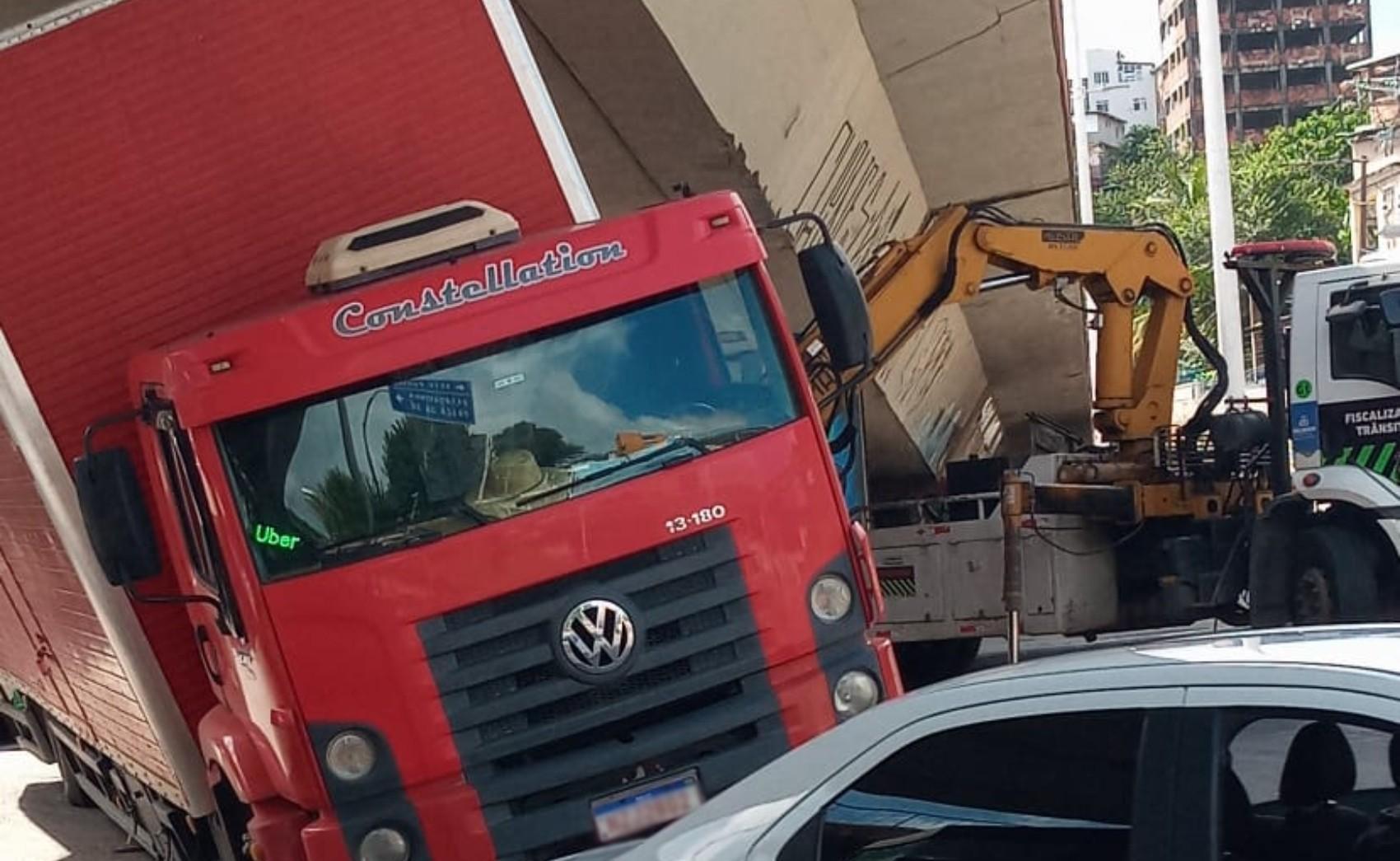 Caminhão fica preso embaixo do Viaduto do Aquidabã, em Salvador