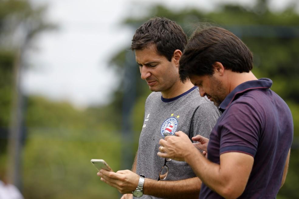 Diego Cerri à esquerda e Guilherme Bellintani, presidente do Bahia, à direita — Foto: Felipe Oliveira / EC Bahia / Divulgação
