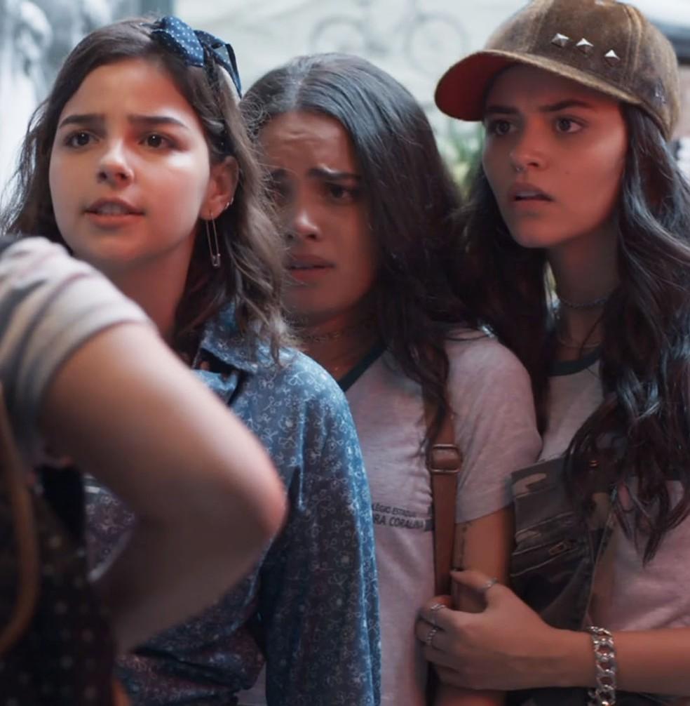 Keyla (Gabriela Medvedovski) e K1 (Talita Younan) defendem amiga de ataques.  — Foto: Globo