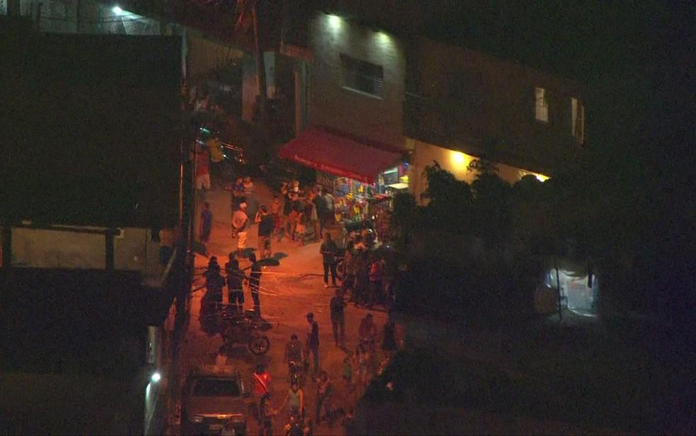 Movimentação próximo a local onde corpos de crianças foram encontrados (Foto: Reprodução/TV Globo)