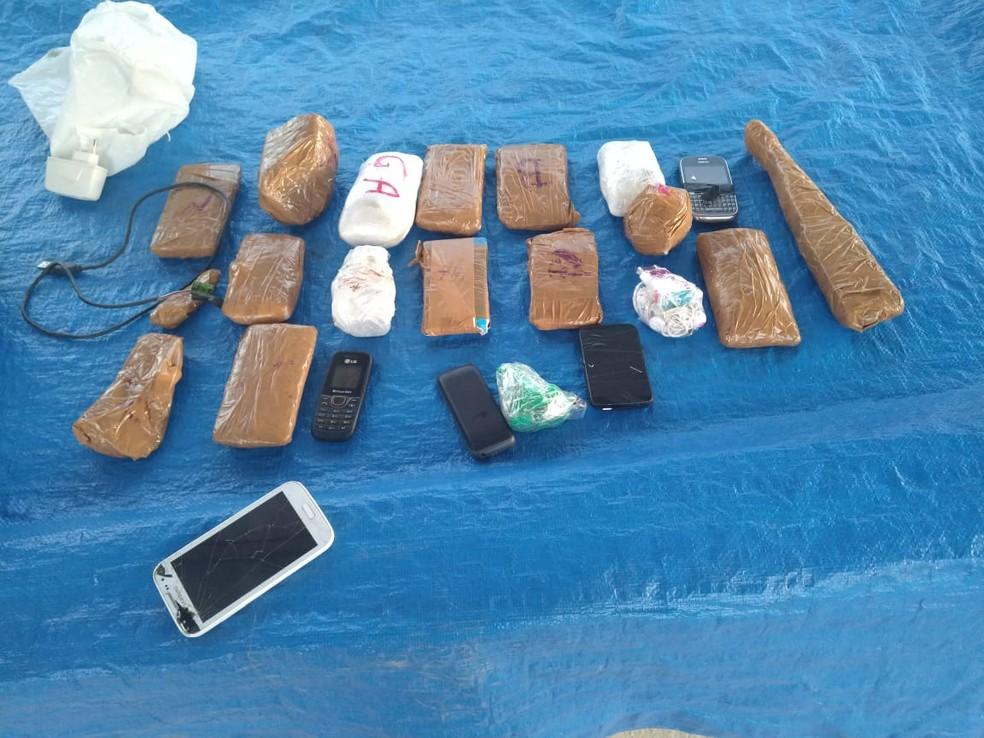 Homem é preso suspeito de tentar arremessar 26 celulares para o presídio de Cajazeiras, PB — Foto: Direção do presídio de Cajazeiras/Divulgação