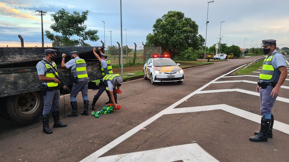 Motorista de caminhão com drogas foi abordado em Itápolis durante operação da Polícia Rodoviária — Foto: Polícia Rodoviária/Divulgação