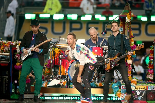Chris Martin e os companheiros de banda em show do Coldplay (Foto: Getty Images)
