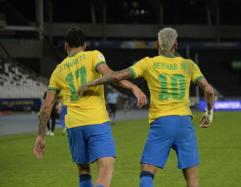 Paquetá e Neymar comemoram gol da Seleção sobre o Peru — Foto: André Durão