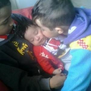 Ryan, 9, e Guilherme, 2, com o irmãozinho Matheus de apenas 2 meses (Foto: Arquivo pessoal)
