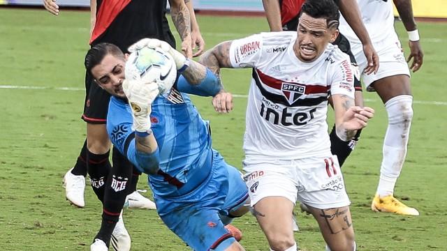 Jean, goleiro do Atlético-GO, com a bola no jogo contra o São Paulo