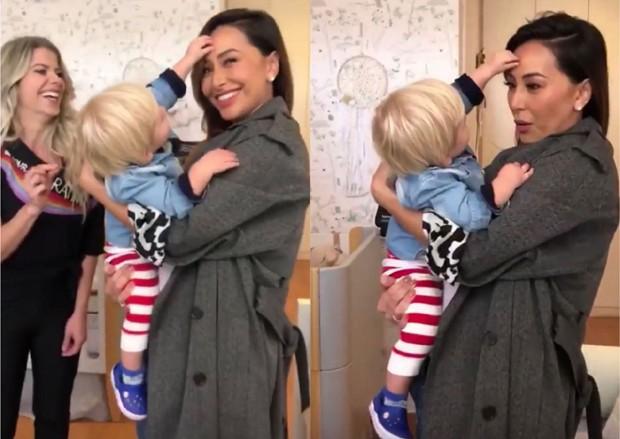 Enrico Bacchi tentando arrancar a pinta de Sabrina Sato (Foto: Reprodução/Instagram)