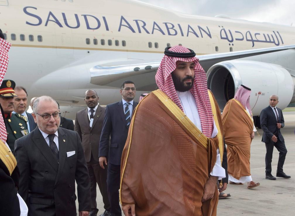 Príncipe saudita Mohammed bin Salman chega nesta quarta-feira (28) no Aeroporto Internacional de Ezeiza, em Buenos Aires — Foto: Argentine G20/Handout via Reuters
