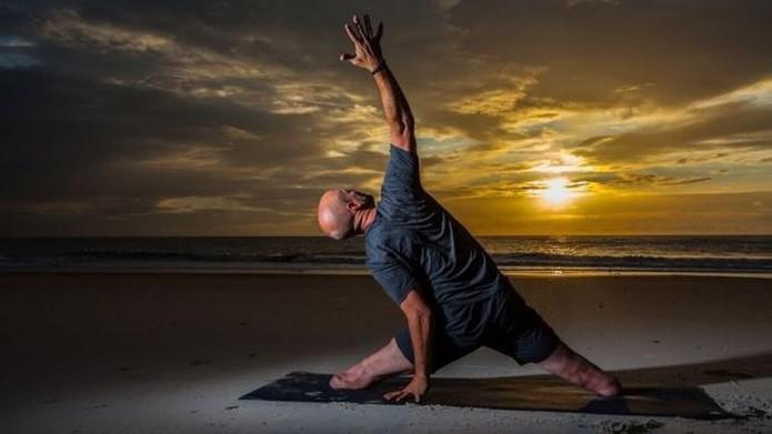 Nevins diz que começou a visualizar raízes saindo do que restava de suas pernas em direção ao solo, enquanto colocava os braços para cima, e sentiu uma 'poderosa onda de energia' — Foto: Mark Cubbedge/Divulgação/BBC