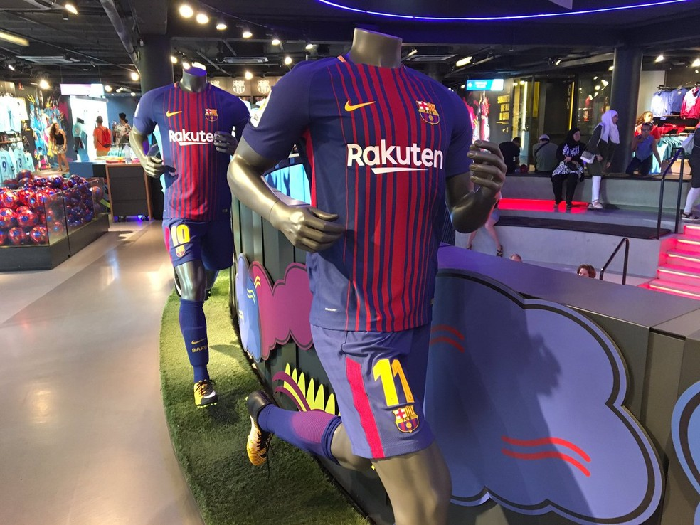 Manequim com o calção de número 11 na loja oficial do Barcelona no Camp Nou: camisa é de André Gomes (Foto: Ivan Raupp/GloboEsporte.com)