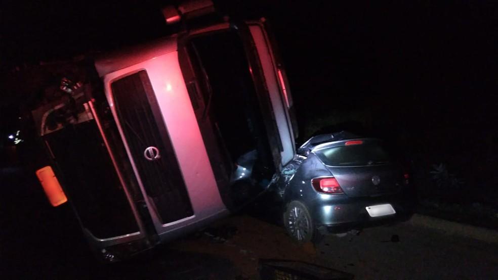 Carreta tombou em cima de um carro de passeio — Foto: Corpo de Bombeiros/Divulgação