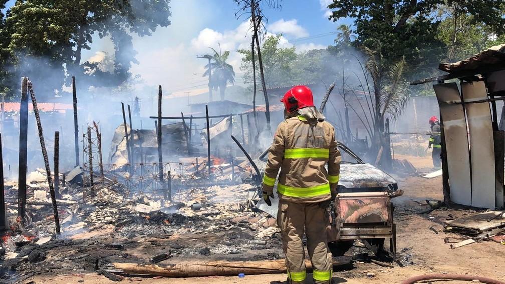 Incêndio atingiu cerca de dez barracos em comunidade, em João Pessoa, segundo o Corpo de Bombeiros — Foto: Walter Paparazzo/G1