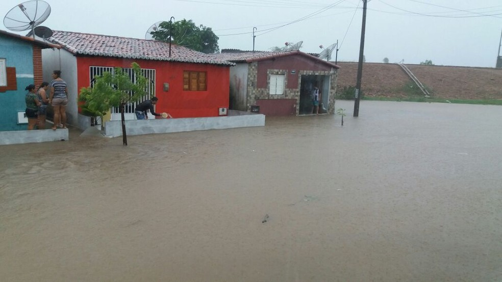 Moradores do bairro Santa Isabel, em Jucurutu, RN, tiveram que se juntar para tirar a água das casas alagadas (Foto: Rivanildo Júnior)