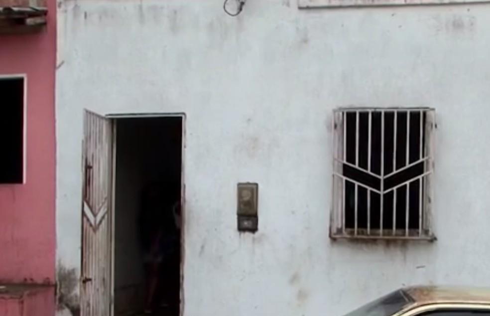 Casa foi invadida por criminosos — Foto: Reprodução/TV Santa Cruz