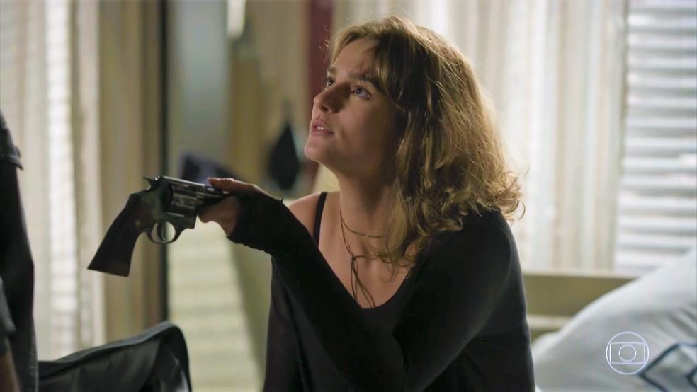 Sofia (Priscila Steinman) pede que Jacaré (Sérgio Malheiros) acabe com Eliza — Foto: TV Globo
