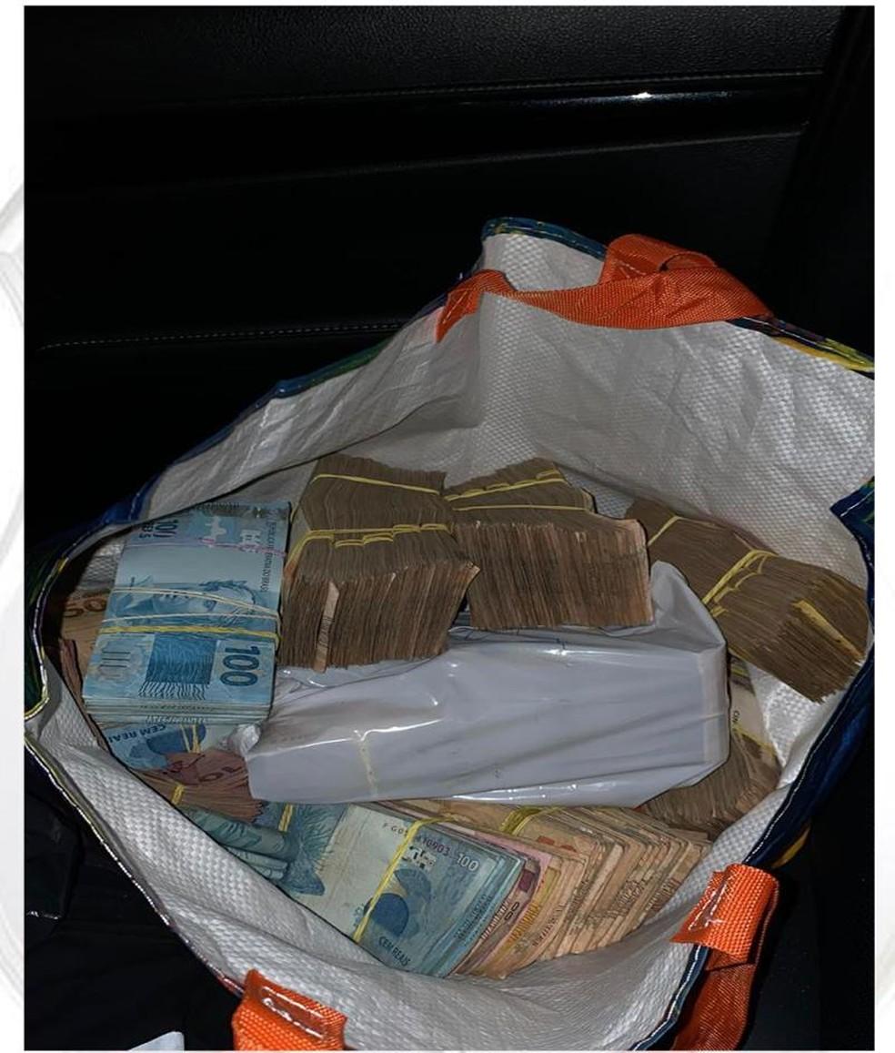 PCDF encontrou foto de notas de dinheiro em troca de mensagens entre pai e filho investigados por tráfico de drogas — Foto: PCDF/DIvulgação