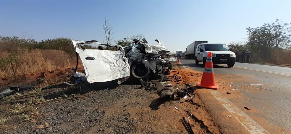 Carro ficou destruído com o impacto da batida — Foto: Fábio Alexsandro/Inter TV