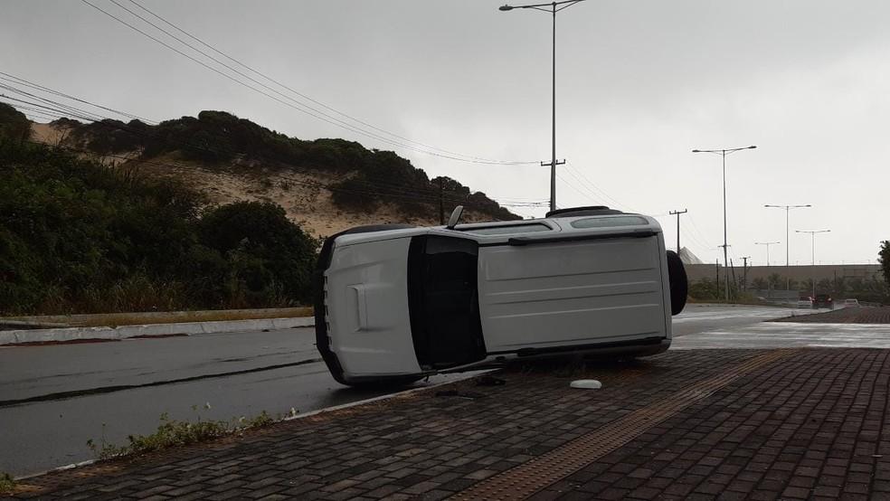 Carro capotou na Via Costeira, em Natal, mas ninguém ficou ferido.  — Foto: Sérgio Henrique Santos/Inter TV Cabugi