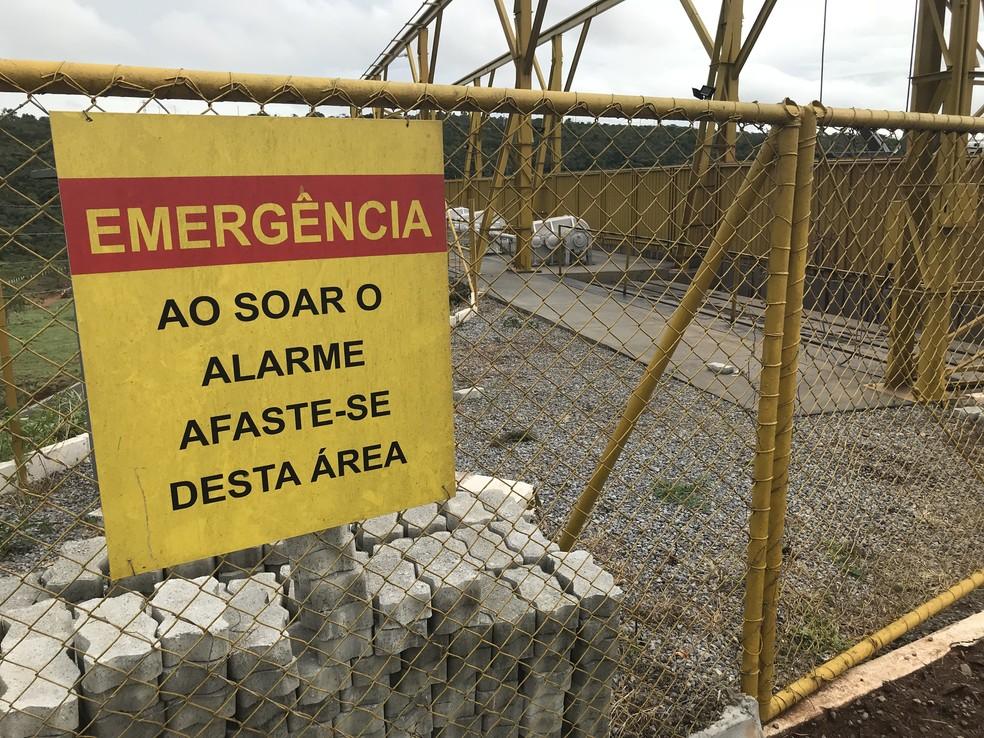 Placa de aviso na barragem do Paranoá. — Foto: Daumildo Júnior/G1