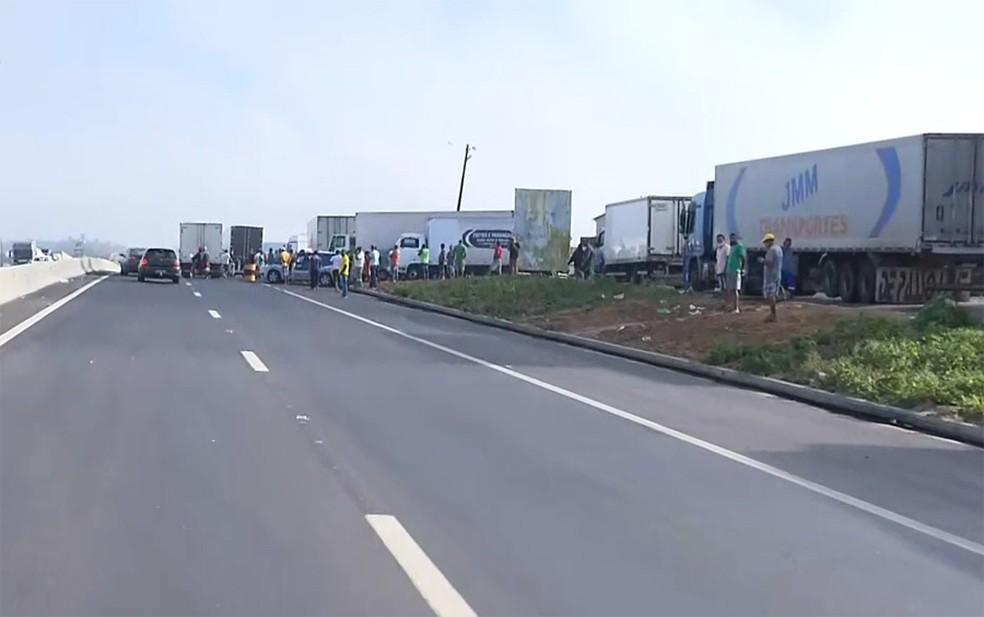 Bloqueio de caminhoneiros na BR-116, em Feira de Santana, nesta quinta-feira (9) — Foto: Reprodução/TV Bahia