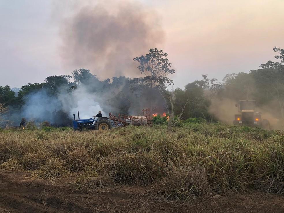 Focos de incêndios são combatidos com o apoio de tratores e caminhões-pipa — Foto: Prefeitura de Nova Ubiratã