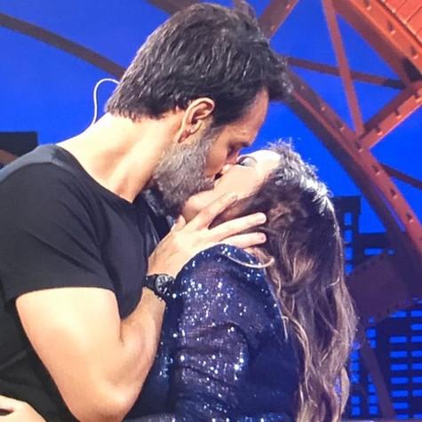 Tatá Werneck e Rodrigo Santoro se beijam no 'Lady night' (Foto: Divulgação)