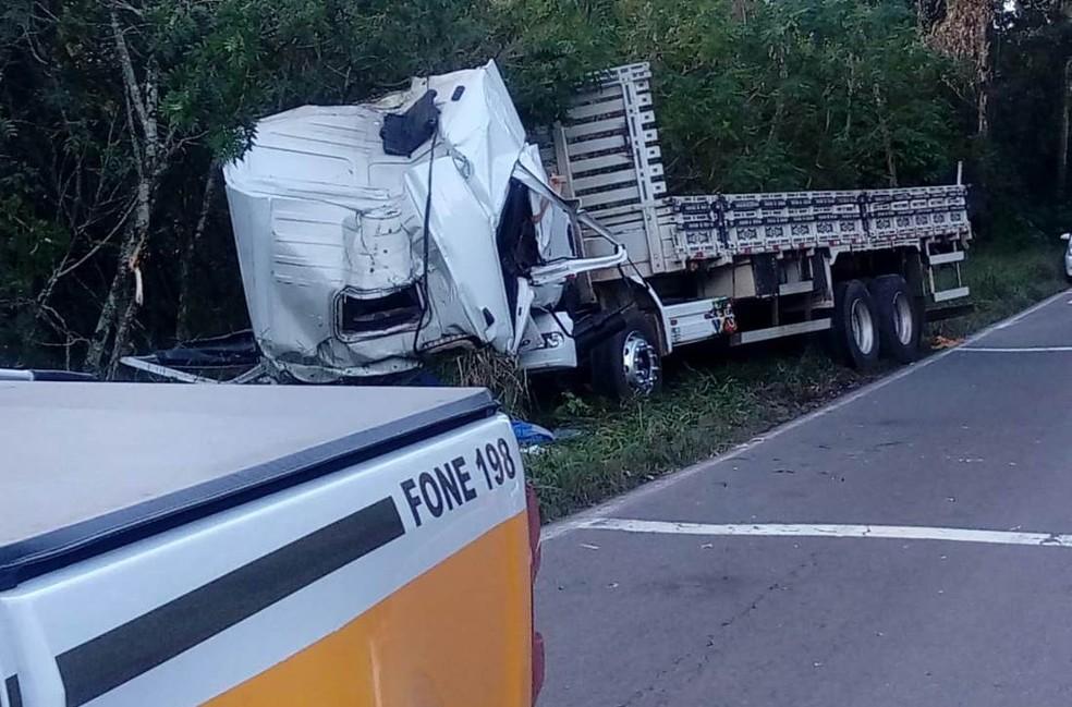 Caminhão saiu da pista e bateu em árvore na ERS-122 — Foto: CRBM/Divulgação