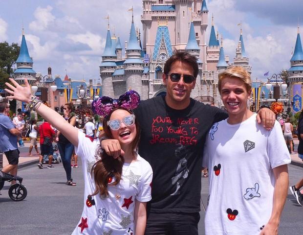 Larissa Manoela e Leo Cidade com Rodrigo Branco na Disney (Foto: Reprodução Instagram)