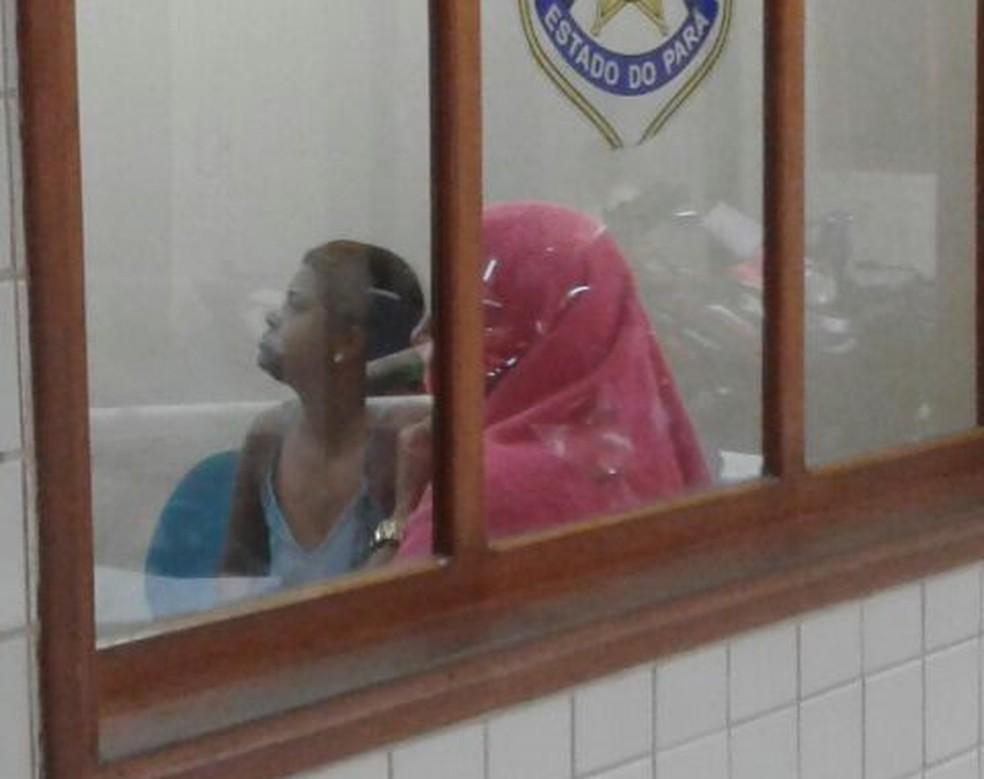 Duas mulheres foram conduzidas para delegacia suspeitas de envolvimento nas fraudes do diplomas (Foto: Bena Santana/TV Tapajós)
