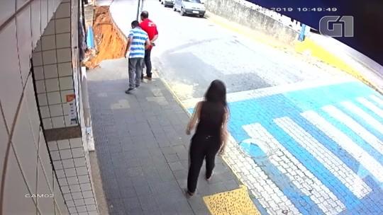 Imagem mostra desabamento de calçada em Bom Jardim, RJ,  momentos após a passagem de pedestres; veja