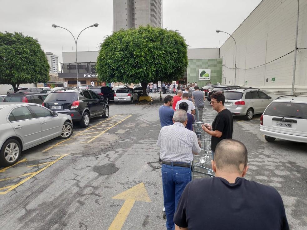 Clientes formam fila para realizar compras no comércio de Taubaté.  — Foto: Filipe Rodrigues/ G1