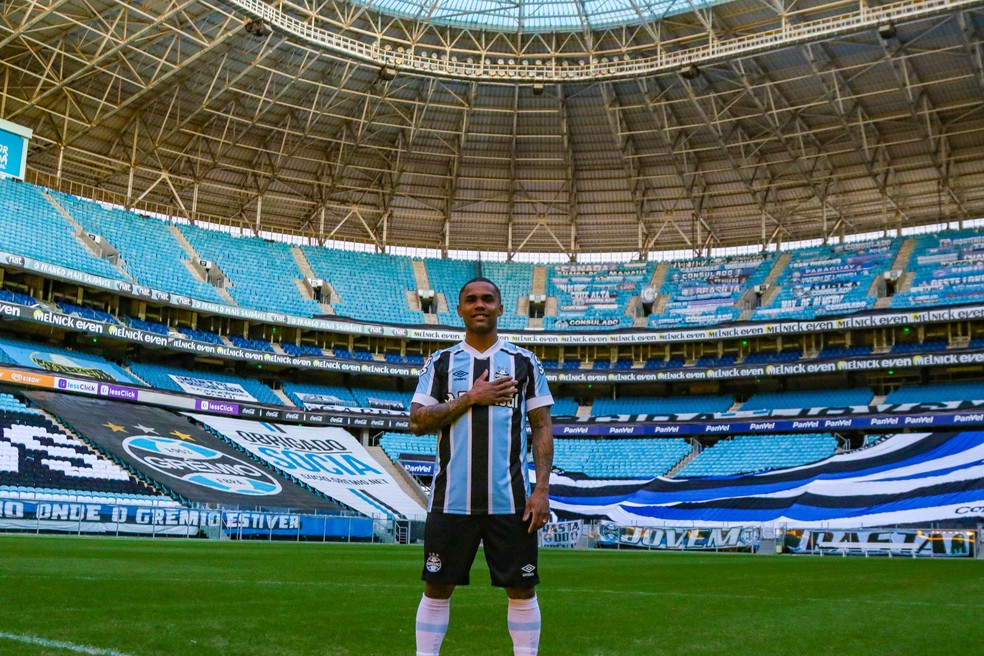 Douglas Costa visita Arena já como jogador do Grêmio — Foto: Jessica Maldonado/DVG/Grêmio