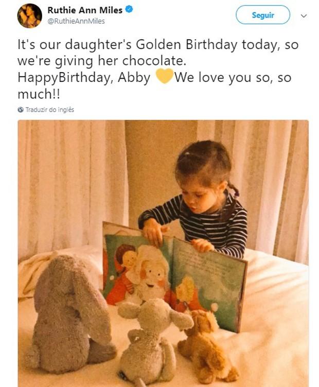 Em janeiro de 2017, Ruthie Ann Miles parabeniza a filha, Abigail (Foto: Reprodução/Twitter)