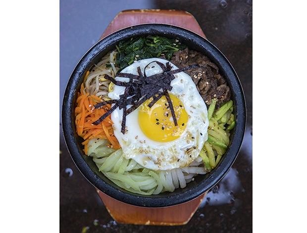 Bicol - Dorsot Bibimbap (arroz branco coberto com vegetais e legumes tenros, carne e um ovo frito) (Foto: Rogério Voltan)